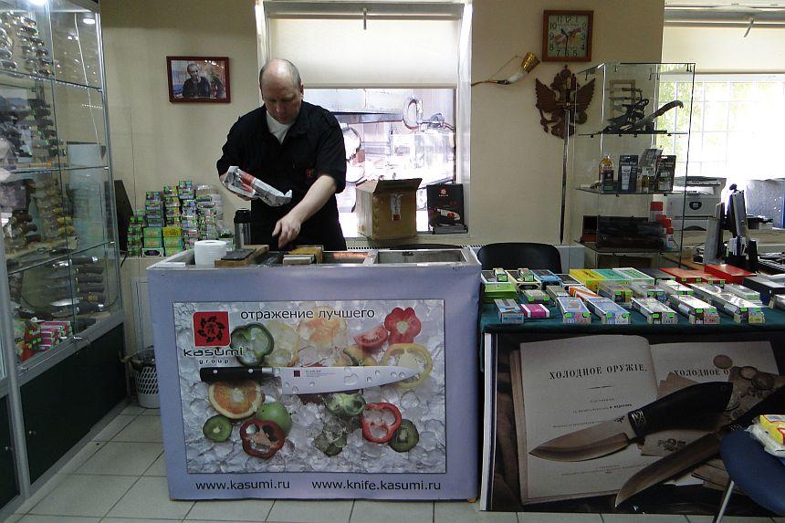 Николай Максимов готовится к заточке ножей