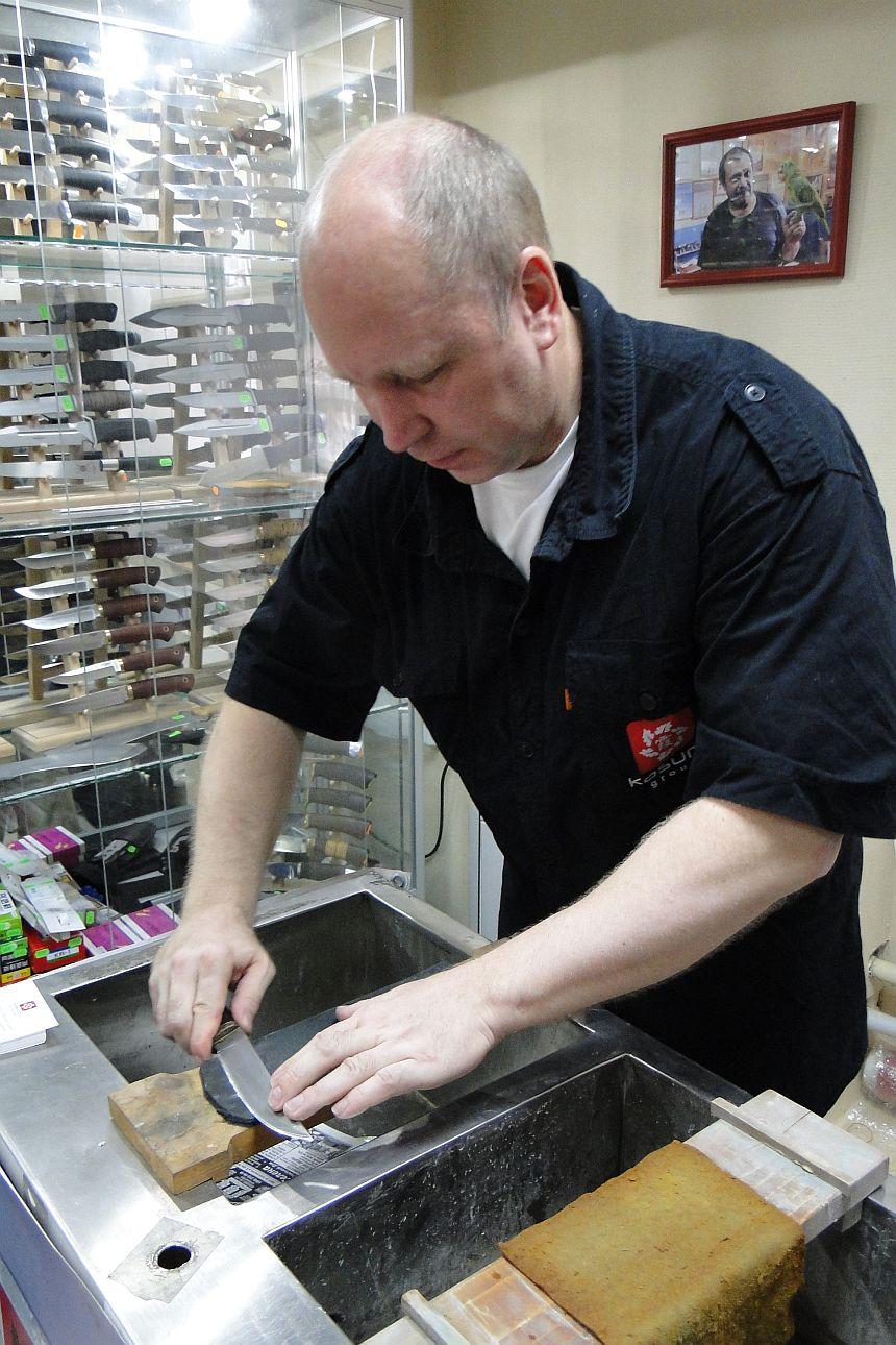 Первый булатный нож попадает в руки Николая Максимова