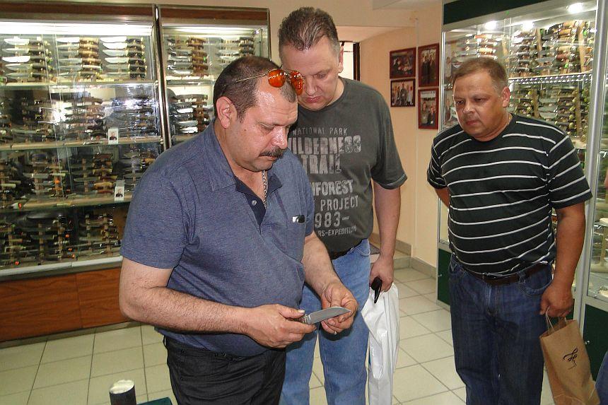 Пампуха И.Ю. на встрече в магазине Русские ножи демонстрирует свои булатные ножи