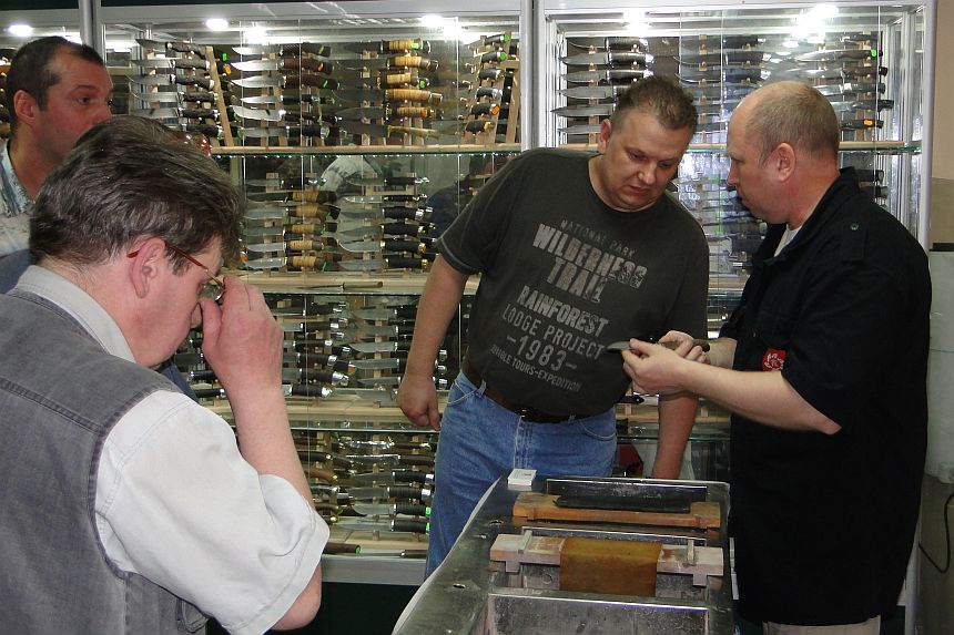 Николай Максимов точит ножи Пампухи